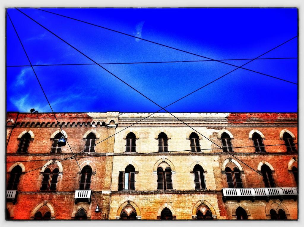 fili su cielo azzurro